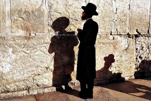 judio ortodoxo orando en muro de los lamentos fondo