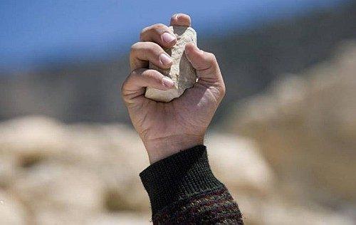 mano con una piedra perdon