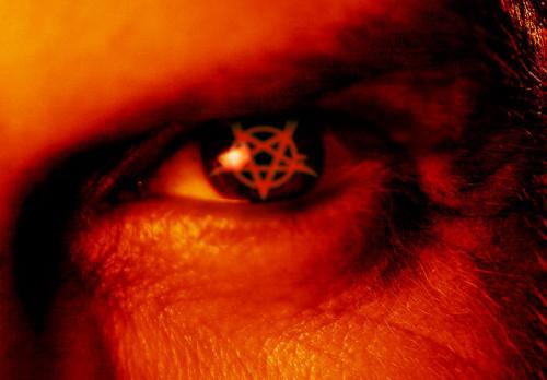 ojo del anticristo en rojo