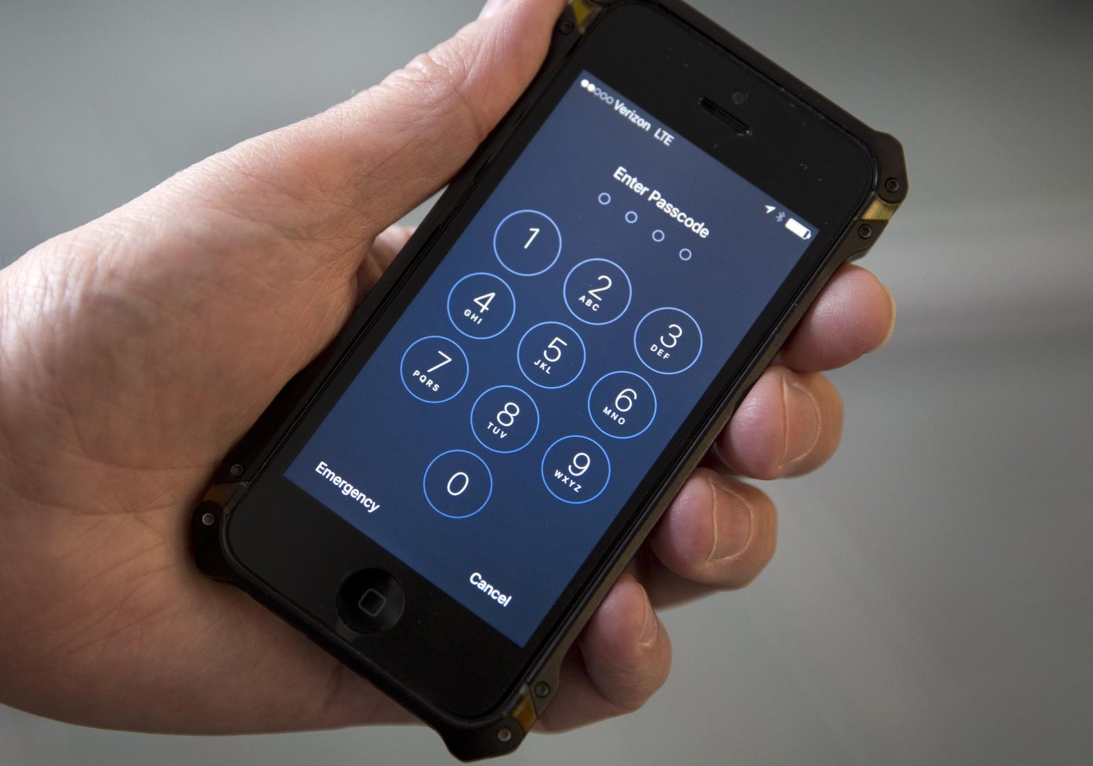 """El FBI y el Gobierno de EE.UU. quieren que los TELÉFONOS CELULARES tengan una """"puerta trasera"""" para espiar…"""