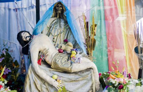 santa-muerte-con-cristo-en-sus-brazos-muerto