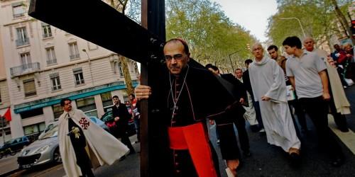 cardenal barbarin cargando la cruz en procesion fondo