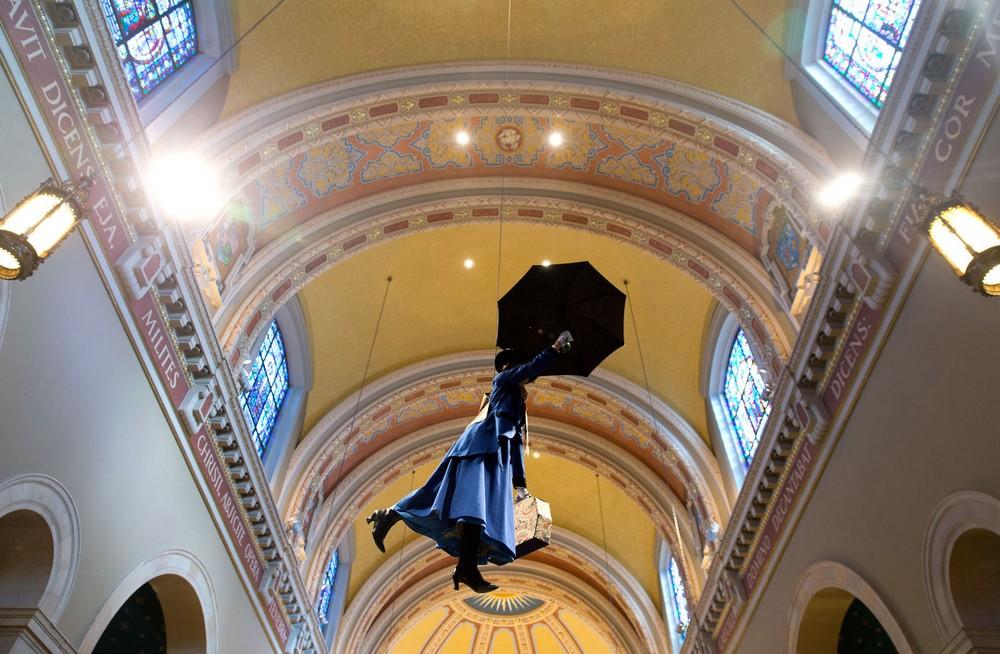 mary poppins colgando del techo de la catedral santa cecilia