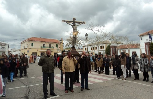 procesion con cristo crucificado
