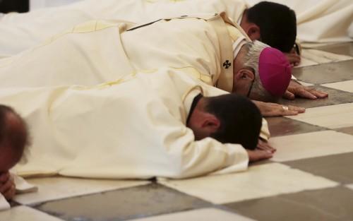 sacerdotes besando el suelo fondo