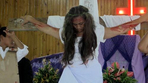 escena de crucificación de estigmatizada de samoa