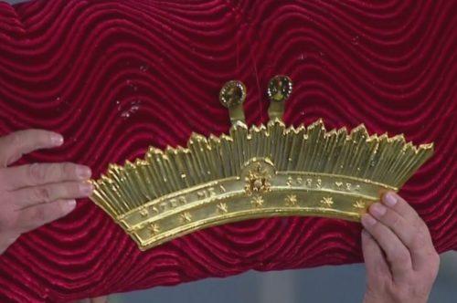 corona que bendijo el Papa