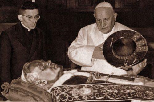 juan xxiii y cardenal loris capovilla ante cuerpo incorrupto de San Pio X