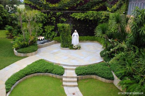 Estatua de Maria Mediadora en el parque del Convento Carmelita
