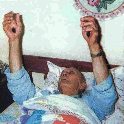 Irving Francis Houle levanta las manos