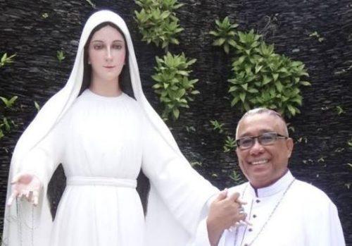 Obispo Arguelles con imagen de Maria Mediadora de Todas las Gracias de Lipa