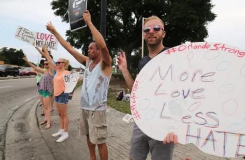 gays manifestando por matanza en orlando