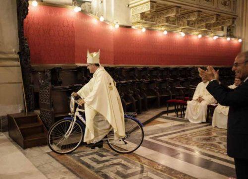 obispo andando en bicicleta en el templo