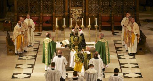 curas y asistentes en misa ad orientem fondo