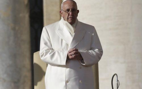 papa francisco con sobretodo blanco