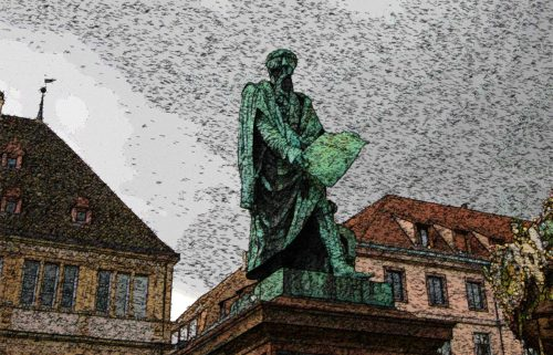 estatua de gutemberg con biblia en la mano