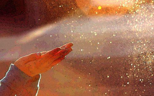 manos orando y recibiendo