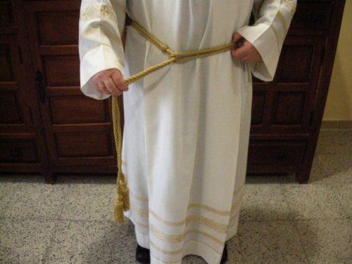 sacerdote atandose el cingulo