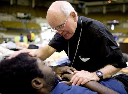 sacerdote auxiliando en un desastre