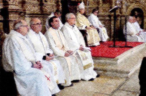 sacerdotes en misa con obispo