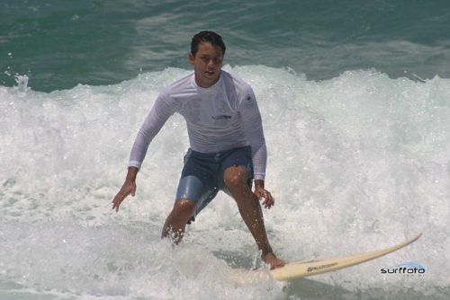 Guido Schaffer surfeando