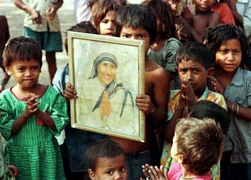 niños de Calcuta con retrato de la Madre Teresa