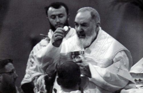 padre pio en misa