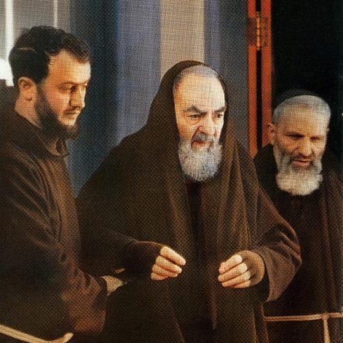 padre pio llevado por dos capuchinos