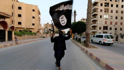 yihadista ondeando bandera del isis