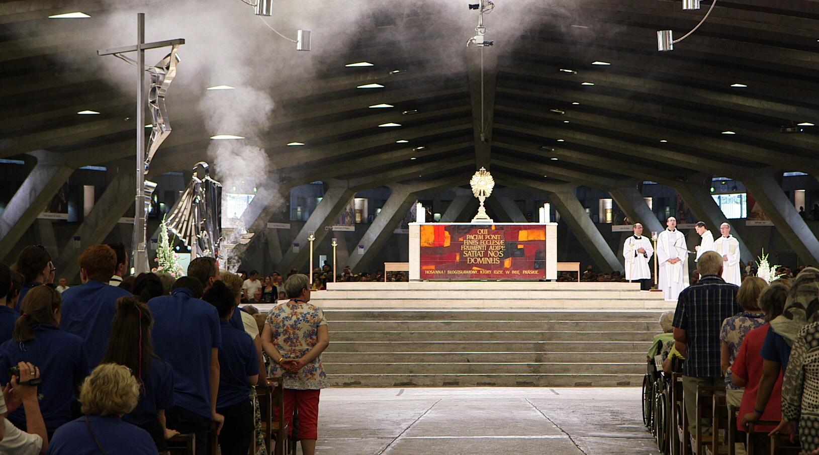 Impresionante Filmación de una Hostia Levitando en el altar en Misa