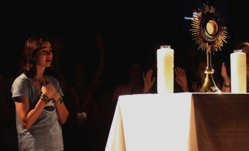 Cómo Enfocarnos y Disfrutar en una Adoración Eucarística