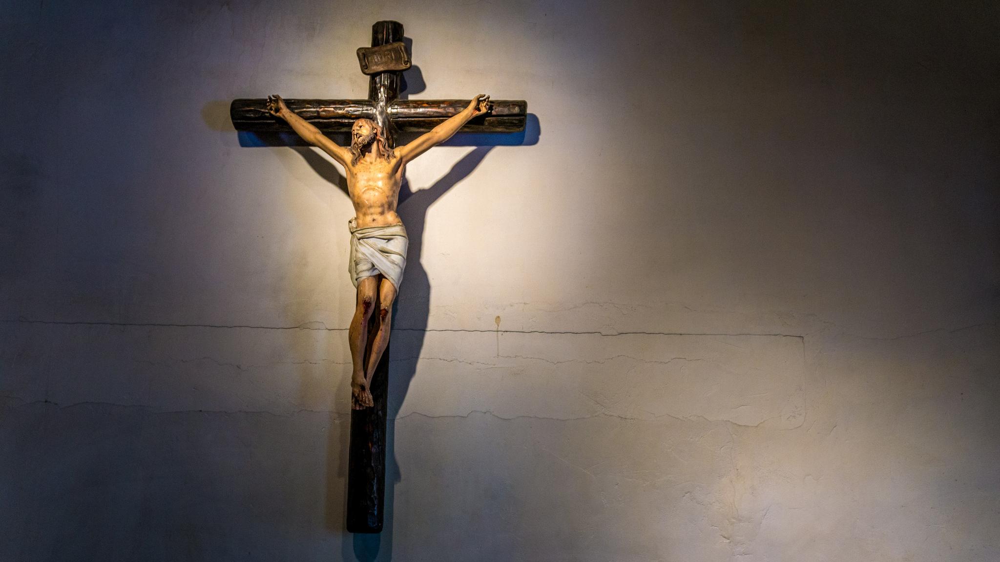El Crucifijo que Late como si estuviera Vivo [y los milagros que lo rodearon]